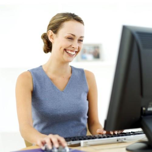 Довольная девушка за компьютером